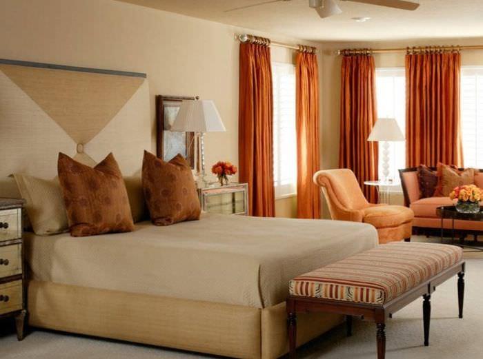 Оранжевые шторы в дизайне спальни