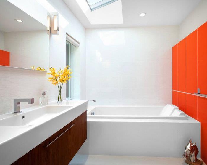 Сочетание оранжевого цвета с белым в ванной комнате