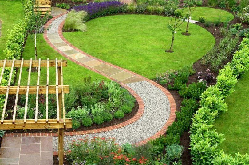 Извилистая садовая дорожка из комбинации различных материалов
