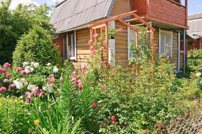 Оформление палисадника садового участка в деревенском стиле