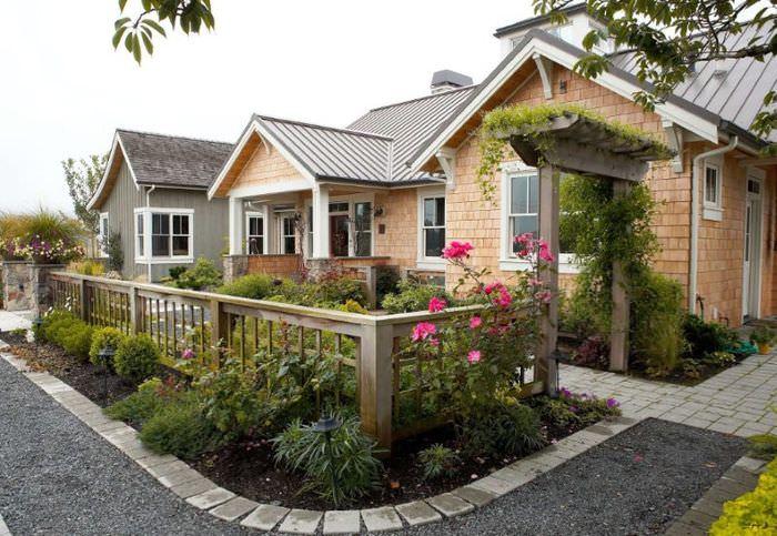 Красивый палисадник перед окнами загородного дома