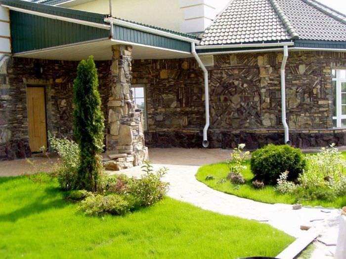 Зеленый газон перед парадным входом в дом
