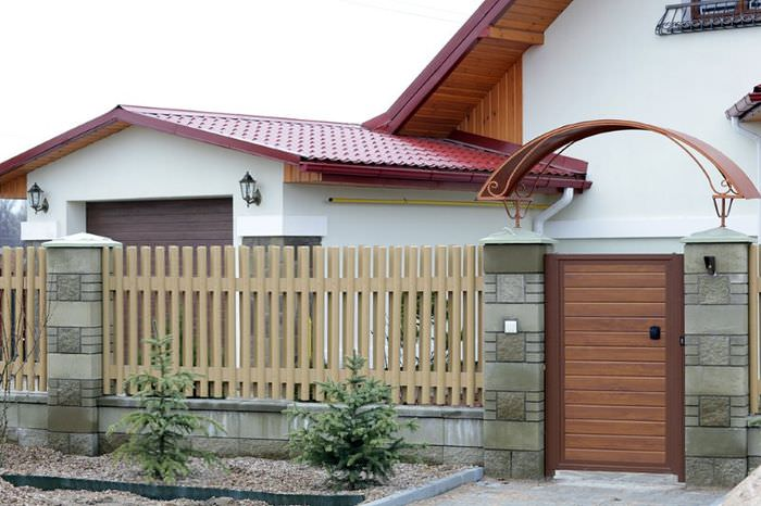 Современный забор перед дачным домом