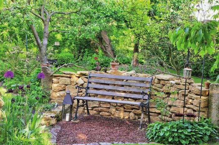 Перегородка из бутового камня для зонирования сада