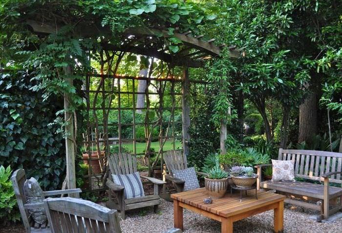 Деревянная пергола на площадке для загородного отдыха