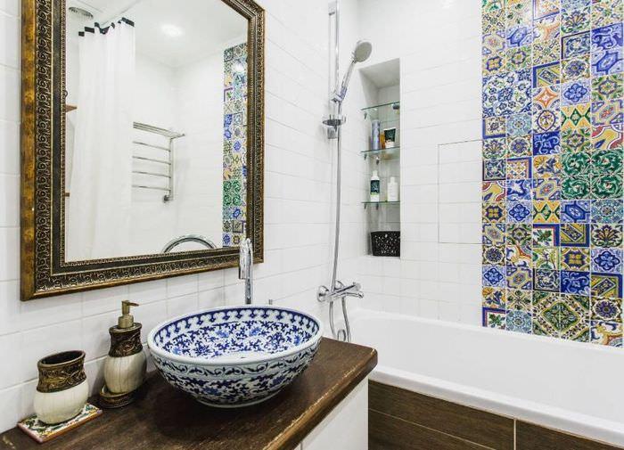 Мозаичное панно на стене в ванной средиземноморского стиля