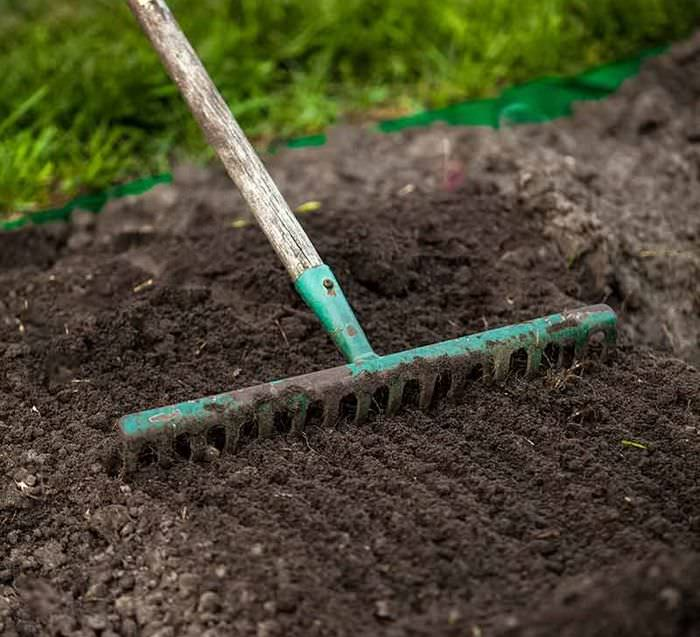 Выравнивание поверхности земли перед посадкой газона