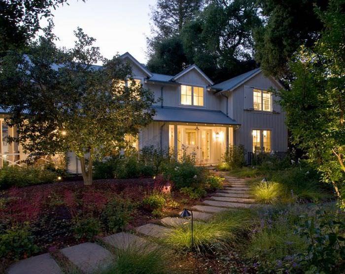 Подсветка садовой дорожки и крыльца дачного домика