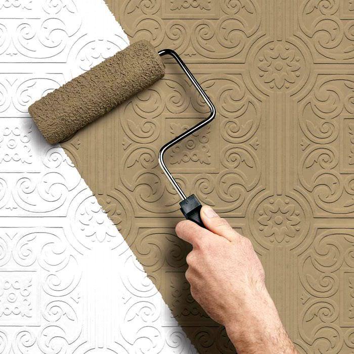 Нанесение покрытия валиком на обои под покраску