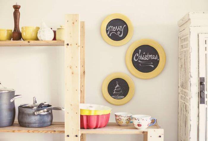 Деревянные полки для посуды в интерьере кухни