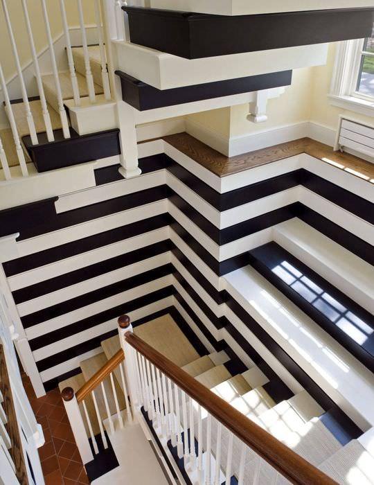 Полосатый дизайн лестничного марша в трехэтажном загородном доме