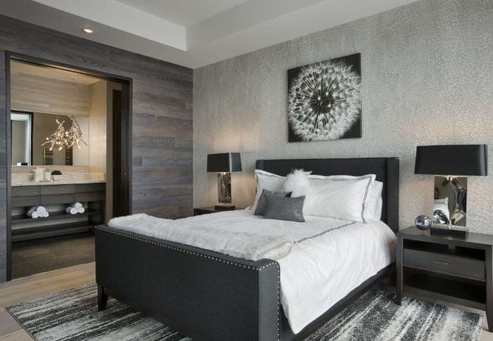 Декорирование стены над кроватью монохромной картиной