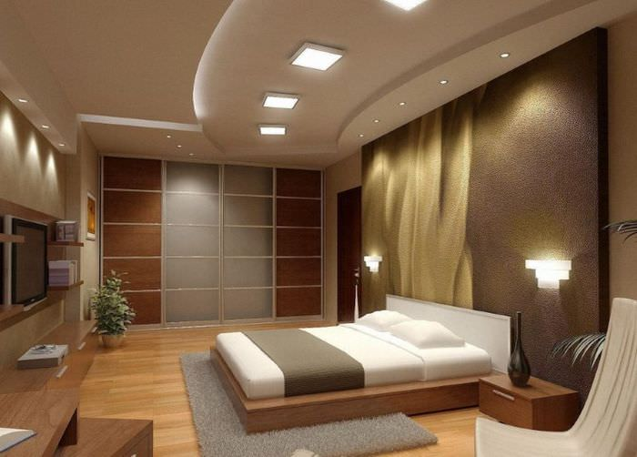 Комбинированный потолок с встроенными светильниками в интерьере спальни