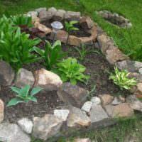 Клумба из бутового камня на садовом участке