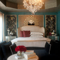 Декоративное панно с рамкой из молдингов в интерьере спальни
