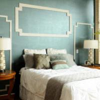 Геометрические орнаменты из молдингов над изголовьем кровати