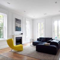 Просторная светлая гостиная с молдингами на окнах