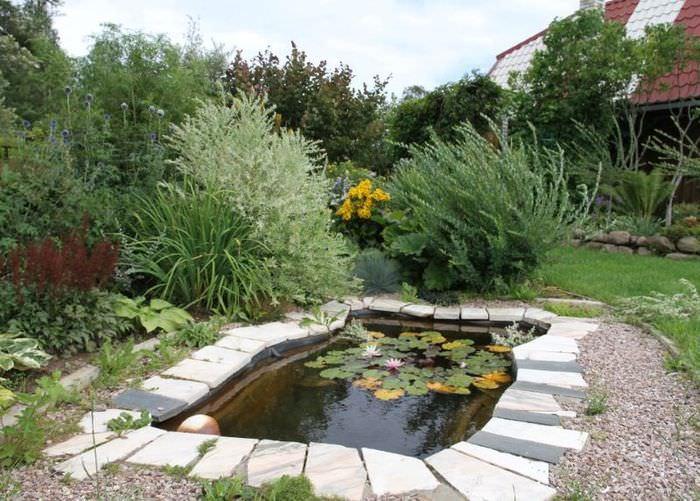 Искусственный водоем как украшение сада