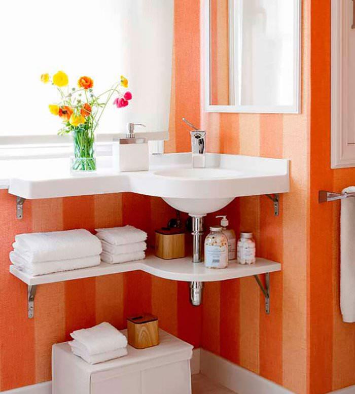 Открытые полки под раковиной в ванной комнате