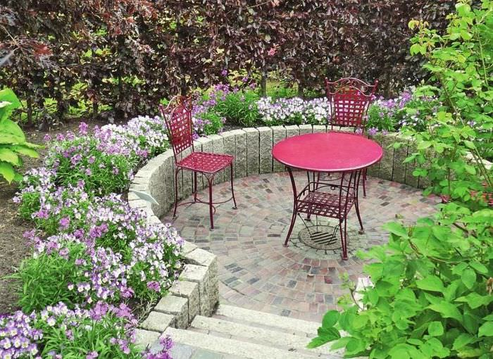 Многоуровневая площадка для отдыха в укромном уголке сада