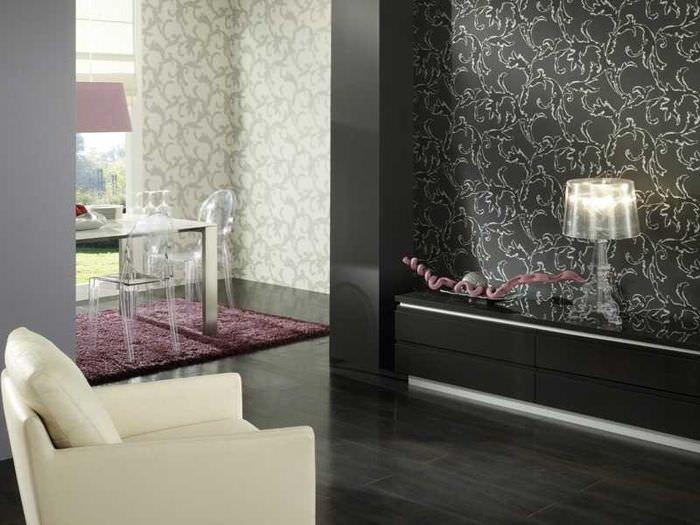 Комбинирование темных и светлых обоев в интерьере гостиной