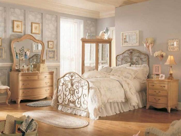 Предметы винтажной мебели в интерьере спальни
