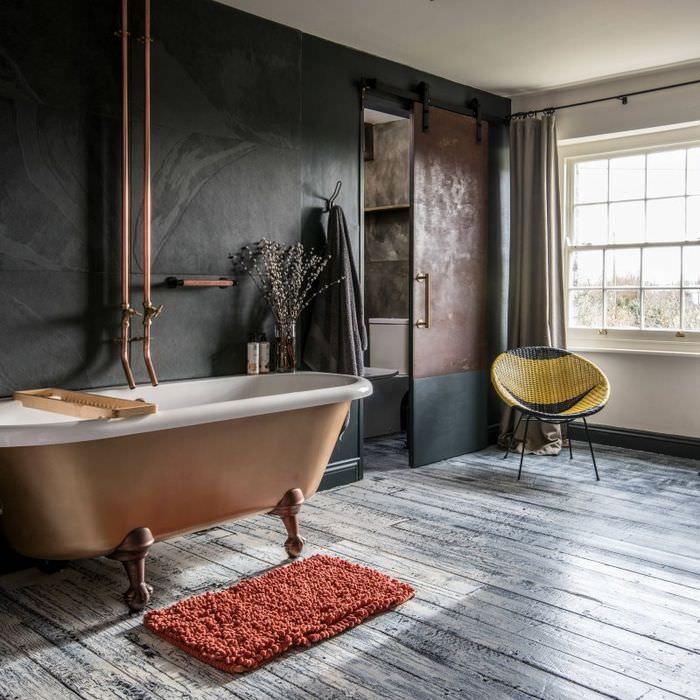Интерьер большой ванной комнаты в стиле ретро
