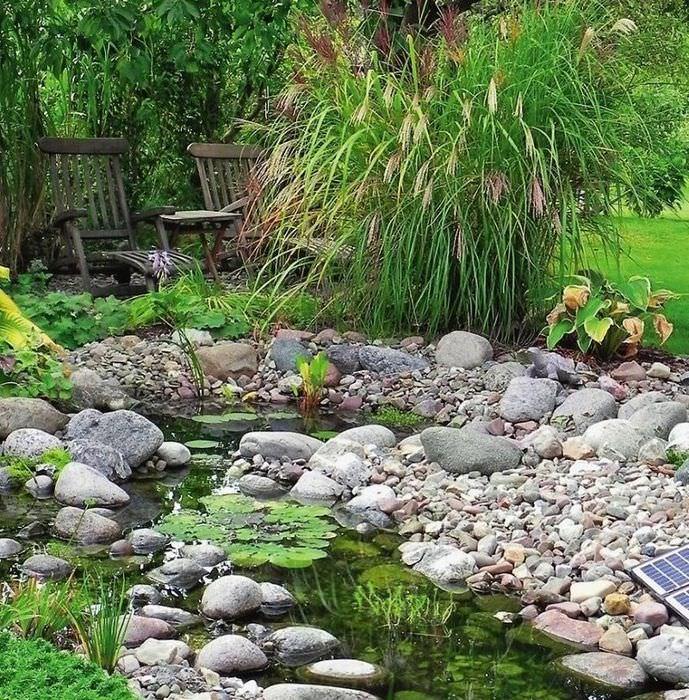 Ручей среди камней и гальки на дачном участке