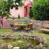 Кованная садовая мебель на площадке перед водоемом