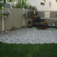 Площадка в углу сада из самодельной бетонной плитки