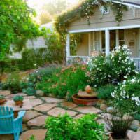 Цветущий дворик перед загородным домом