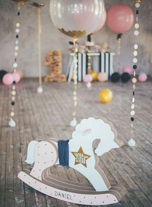 Гелиевые шары с гирляндами в оформлении детского дня рождения