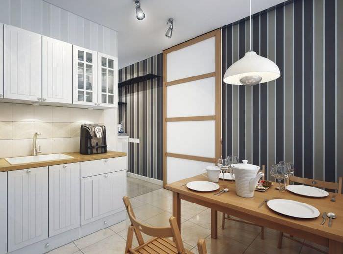 Широкие темные полосы на обоях в интерьере кухни