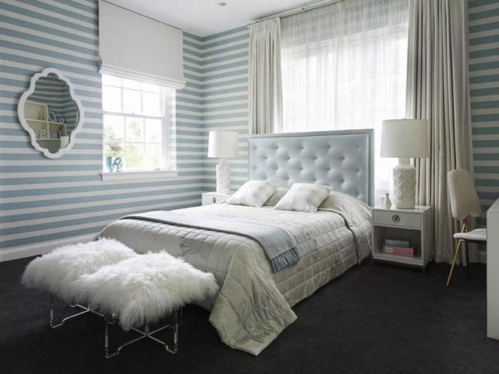 Интерьер супружеской спальни с обоями в сиреневую полоску