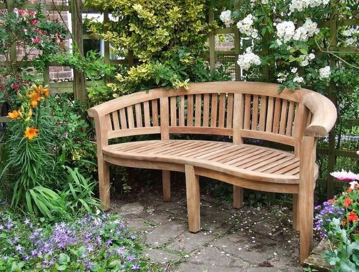 Деревянная скамейка в глубине садового участка