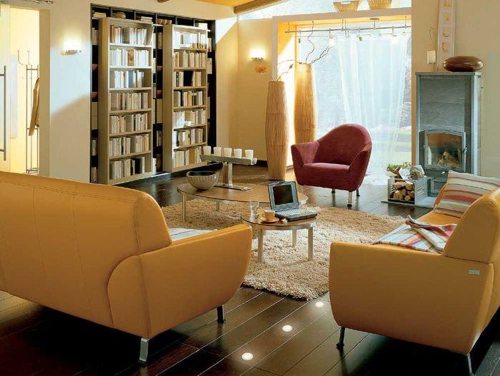 Смешанное освещение гостиной комнаты посредством различных источников света