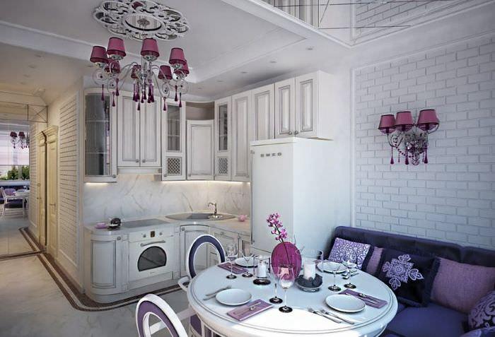 Обеденная зона с круглым столом в совмещенной кухне