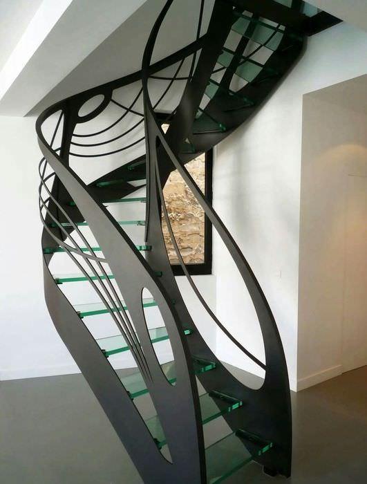 Лестница оригинальной конструкции в современном доме