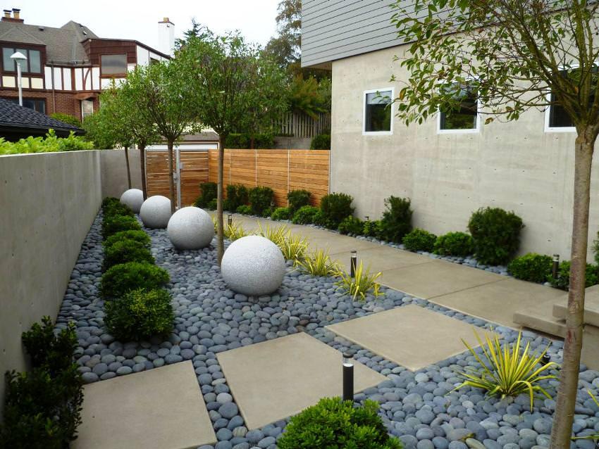 Дизайн небольшого дворика перед жилым домом