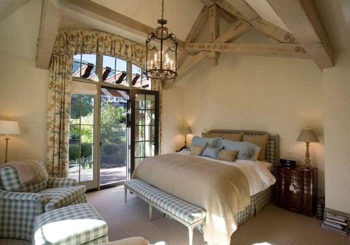 Деревенская спальня в стиле прованс с деревянными балками на потолке