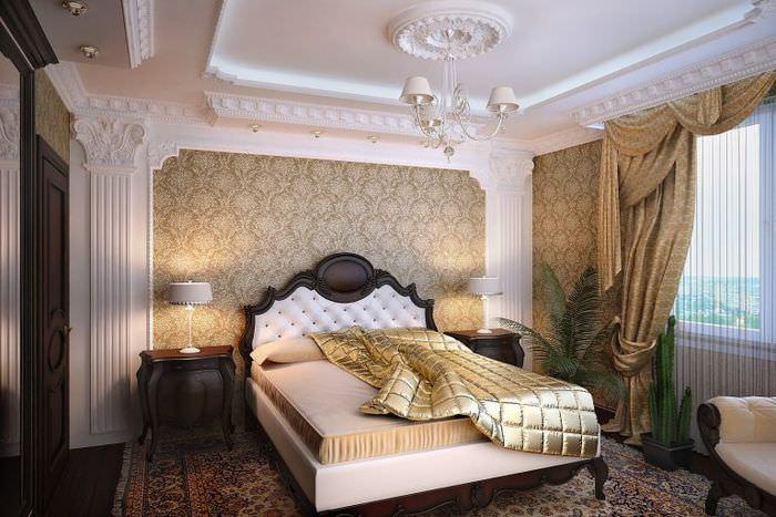 Массивная деревянная кровать в спальне классического стиля