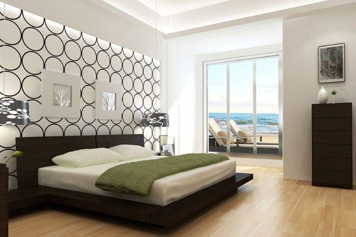 Светлая спальня с темной мебелью и высоким окном