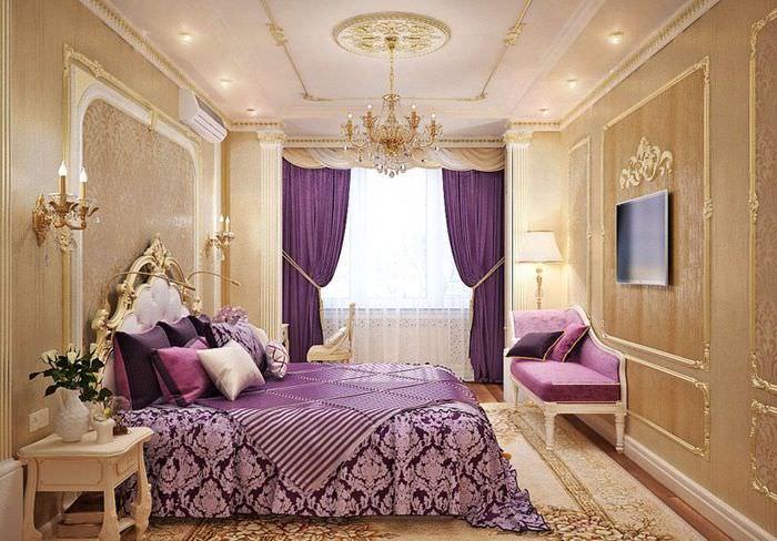 Богатый интерьер спальни в золотом цвете с добавлением лавандовых акцентов