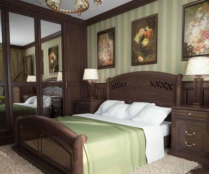 Темная спальня в классическом стиле с мебелью из массива древесины
