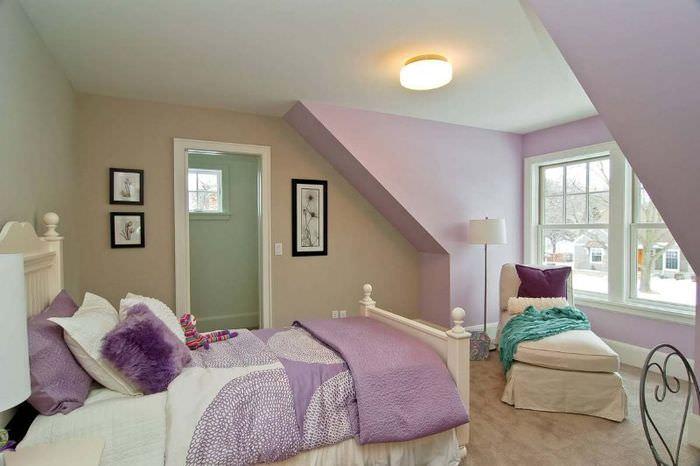 Интерьер спальни в бежевых тонах в сочетании с лавандовым цветом