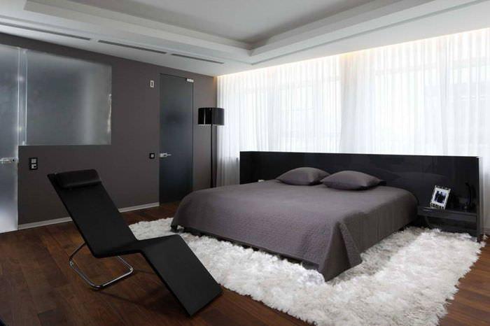 Спальня с темной мебелью в стиле хай-тек