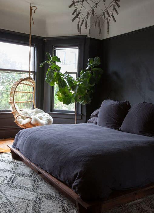 Интерьер спальни с темной мебелью в готическом стиле