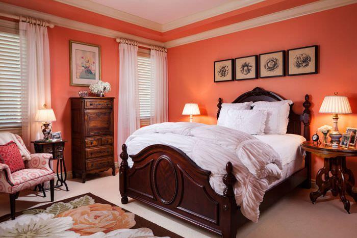 Розовые стены в спальне неоклассического стиля