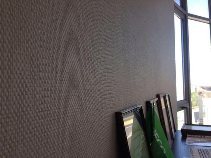 Стеклообои под покраску на стене гостиной комнаты