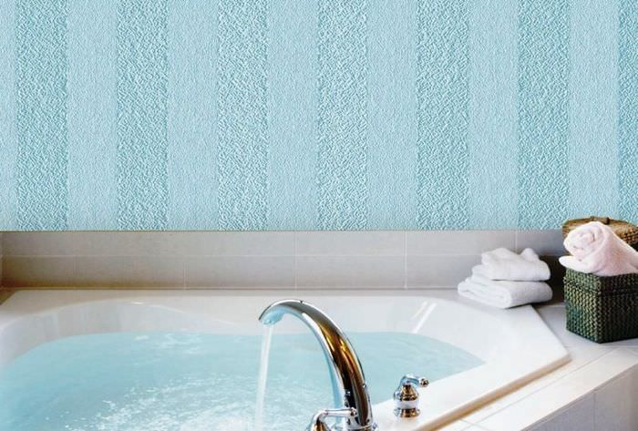 Отделка стеклообоями стены над ванной